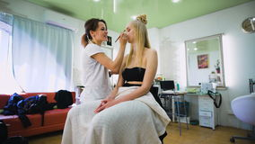 在美容院的美好的顶面模型 做照相讲席会的专业化妆师明亮的构成 股票录像