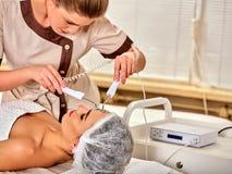在美容院的面部按摩 电刺激妇女护肤 免版税库存照片