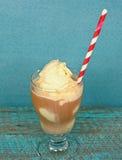 在美式飘逸冰淇淋的镶边秸杆 图库摄影