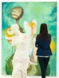 在美术画廊的女性艺术coollector 免版税图库摄影