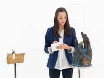在美术画廊的艺术收藏家 免版税库存图片