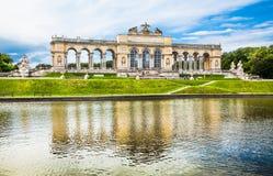 在美泉宫和庭院的著名Gloriette在维也纳,奥地利 免版税库存图片
