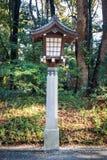 在美济礁津沽寺庙,原宿,东京,日本的日本灯 库存图片