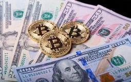 在美金的金黄bitcoin 免版税图库摄影