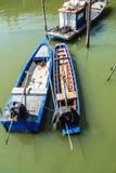 在美洲红树停泊的渔船。 图库摄影