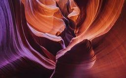 在羚羊峡谷的弯曲的砂岩 免版税库存照片