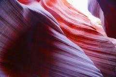 在羚羊槽孔峡谷的五颜六色的砂岩在亚利桑那 免版税库存图片