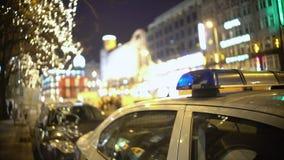 在群众抗议站点,巡逻拥挤城市街道的官员的警车在晚上 影视素材