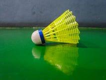 在羽毛球场的羽毛球球 免版税库存图片