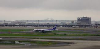 在羽田空港的航空器在东京,日本 免版税图库摄影