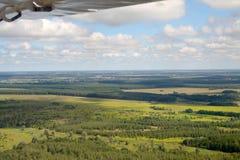 在翼之下的飞机 免版税图库摄影