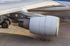 在翼的喷气机引擎 免版税库存图片