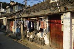在老上海街道上的干燥洗衣店  免版税库存图片