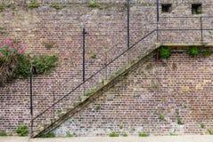 在老中世纪城市墙壁上的台阶,看见在拉伊,肯特,英国 免版税库存照片
