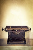 在老书桌上的葡萄酒打字机有难看的东西背景 免版税图库摄影