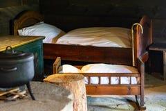 在老传统农村木房子内部的厨房用具 图库摄影
