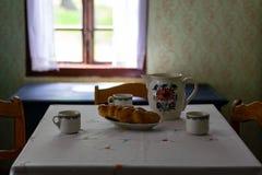 在老传统农村木房子内部的厨房用具 免版税库存照片