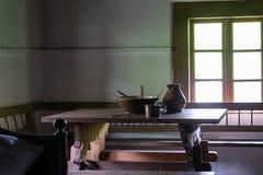 在老传统农村木房子内部的厨房用具 库存图片