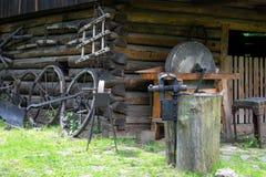 在老伪造的铁匠的工具 图库摄影