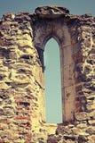 在老修道院的哥特式窗口 免版税库存图片