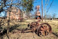 在老克劳福德磨房的古色古香的拖拉机零件在Walburg得克萨斯 免版税库存图片