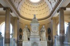在老公墓里面的雕象 免版税库存图片