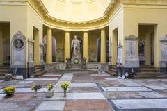 在老公墓里面的雕象 图库摄影