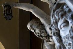 在老公墓里面的雕象 库存图片