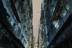 在老公寓之间的胡同在香港 免版税库存图片