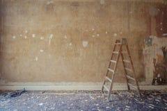 在老公寓在整修时-家庭装饰,res的梯子 免版税库存照片