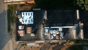 在老公寓屋顶上的寄生虫在城市和脚手架 股票视频