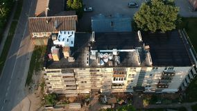 在老公寓屋顶和脚手架的修理设备,空中 影视素材