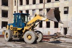 在老公寓的重建的重的铲车特写镜头 Kronstadt 库存图片