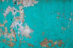 在老具体水泥的绿松石油漆 库存照片