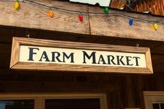 在老农场的一个老农厂市场标志 库存照片