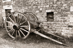 在老农场的古色古香的木马车车轮支架推车 图库摄影