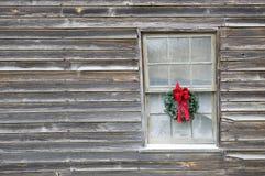 在老农舍的圣诞节花圈 免版税库存照片