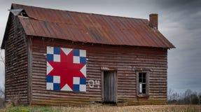 在老减少谷仓的谷仓被子 图库摄影