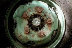 在老卡车的生锈的被腐蚀的轮子 免版税图库摄影
