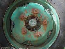 在老卡车的生锈的被腐蚀的轮子 库存照片
