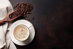 在老厨房用桌上的咖啡杯 免版税图库摄影