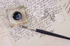 在老变老的纸张的减速火箭的墨水笔 库存照片