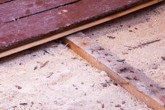 在老台面厚木板下的锯木屑绝缘材料 免版税库存图片
