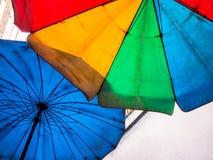 在老和肮脏的沙滩伞上色的生动多 免版税库存照片