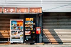 在老商店前面的饮料贩卖机在奈良,日本 免版税库存照片