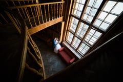 在老图书馆的典雅的婚礼夫妇 接受witn的新娘和新郎在窗口附近预定 顶视图 库存照片