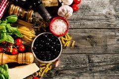 在老土气wo的鲜美新鲜的开胃意大利食品成分 免版税图库摄影
