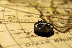 在地图的指南针 库存图片