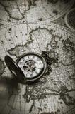 在老地图背景的葡萄酒古色古香的怀表 免版税库存图片