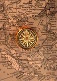 在老地图(东南亚国家联盟地区)的古色古香的指南针 库存图片